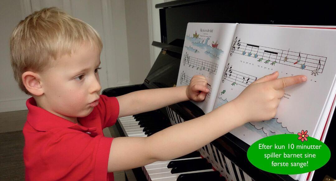 Dreng spiller klaverleg